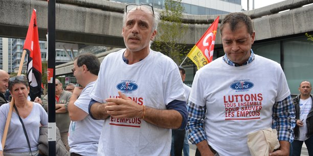Philippe Poutou, à gauche, au côté de Gilles Lambersend, secrétaire CGT du comité d'entreprise de FAI, fait désormais confiance au gouvernement.