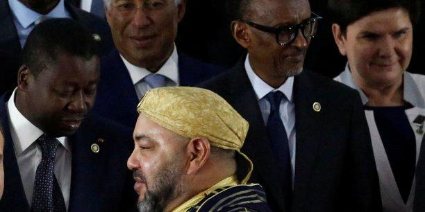Le roi du Maroc Mohammed VI aux côtés du président togolais et président en exercice de la CEDEAO, Faure Gnassingbé, et du président rwandais et président de l'Union Africaine Paul Kagame, lors du Sommet UA-UE qui s'est tenu en novembre 2017 à Abidjan.