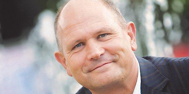 Après quinze années passées à la tête du parc, Dominique Hummel s'apprête à quitter le Futuroscope mais il reste directeur de l'innovation au sein de la Compagnie des Alpes (actionnaire à 45 %).
