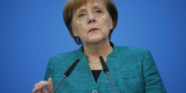 Angela Merkel, qui est à la tête des chrétiens-démocrates (CDU), a concédé le portefeuille des Finances au SPD dans le cadre de l'accord de coalition qui a finalement été scellé mercredi, plus de quatre mois après les élections législatives fédérales du 24 septembre.