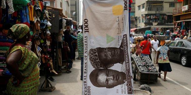 En mars 2017, la CBN, la banque centrale du Nigeria, entreprend deux mesures importantes dans une tentative de redresser son économie : le flottement de la monnaie locale et la levée de l'interdiction sur l'allocation de devises étrangères.