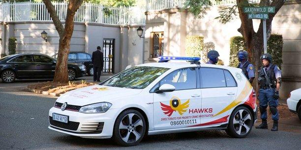 Des membres de l'unité spéciale Hawks en faction devant la résidence des Gupta à Johannesburg,