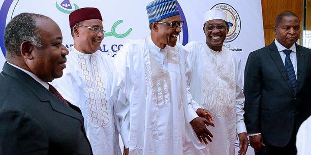 Les présidents Ali Bongo, Mahamadou Issoufou, Muhammadu Buhari, Idriss Déby Itno et Faustin Touadera, lors de la conférence sur le Lac Tchad, le 28 février à Abuja, au Nigéria.