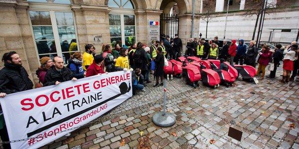 Au Climate Finance Day organisé début décembre à Bercy, des militants des Amis de la Terre avaient défilé déguisés en escargots en tenue rouge et noire, couleurs de la banque, tandis que d'autres portaient des banderoles Société Générale à la traîne #StopRioGrandeLNG.