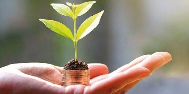 « Le plan d'action présenté aujourd'hui contribuera à renforcer la position du secteur financier européen lui-même comme destination mondiale de premier plan pour les investissements dans les technologies vertes », a déclaré le commissaire pour l'action pour le climat et l'énergie Miguel Arias Cañete.