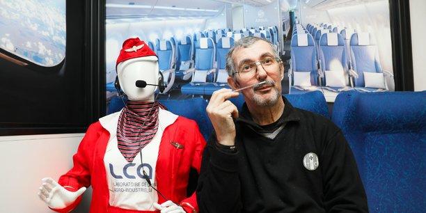 Thierry Talou, ingénieur de recherche au sein de l'INP planche sur un casque audio-olfactif.
