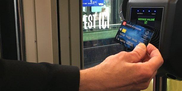 Plus besoin de faire la queue au distributeur automatique de tickets sur le quai : avec l'open payment, on peut régler directement à bord, il suffit d'approcher sa carte bancaire sans contact d'une borne, un « valideur » spécifique qui affiche en vert voyage validé.