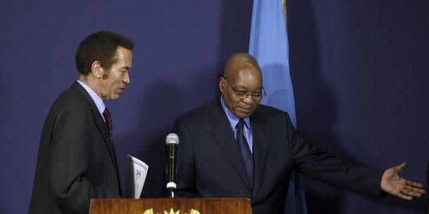 Seretse Khama Ian Khama et l'ex-président sud-africain Jacob Zuma, lors d'une conférence de presse conjointe, le 5 octobre 2010 à Pretoria.
