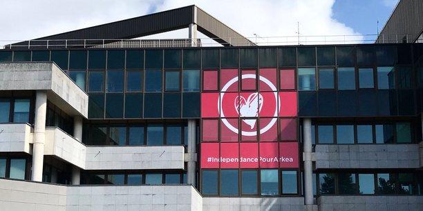 Au siège du Crédit Mutuel de Bretagne, une bannière a été déployée arborant le hashtag Indépendance pour Arkéa.
