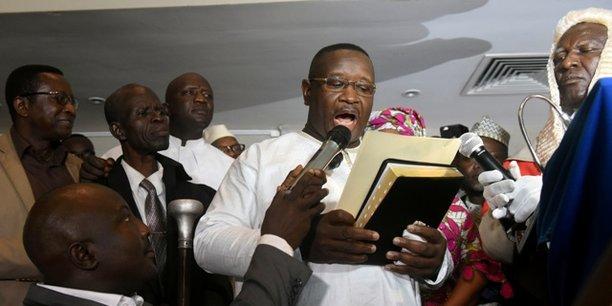 A Freetown, dans l'effervescence de la célébration de la levée du suspense, Julius Maada Bio s'est empressé de prêter serment dans un hôtel de la capitale.
