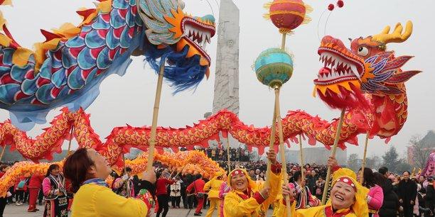 La population de Mianyang, dans la province chinoise du Sichuan, fête le premier jour du nouvel an lunaire, le 16 février 2018, par des danses du dragon.