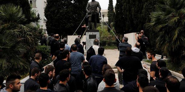 Des communistes grecs tentent d'abattre une statue de truman[reuters.com]