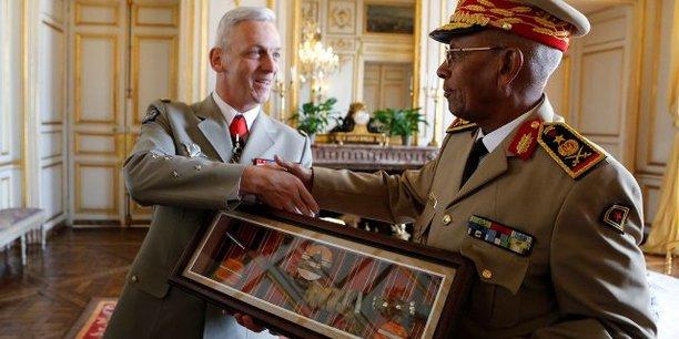 Le général d'armée François Lecointre, chef d'état-major des armées (CEMA), et le général de corps d'armée Zakaria Cheik Ibrahim, chef d'état-major général des forces armées djiboutiennes.