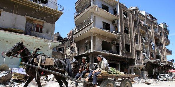 Syrie: files d'attente a douma pour du pain et des vivres[reuters.com]