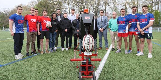 Dropkick, permet aux rugbymen de s'entraîner à la réception des coups de pied d'envoi.