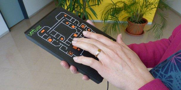Virtuoz est un boîtier tactile et sonore, destiné à donner le plus d'autonomie possible aux personnes souffrant de déficience visuelle.