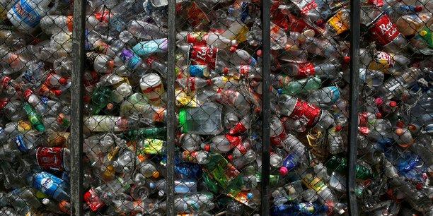 En France, moins de six bouteilles en plastique sur dix sont recyclées. En ville, ce taux tombe à une bouteille sur dix.