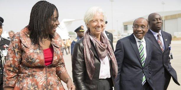 (De g. à d.) Kemi Adeosun, ministre nigériane des Finances, Christine Lagarde, directrice générale du FMI, et Godwin Emefiele, gouverneur de Banque centrale du Nigeria, à leur arrivé à l'aéroport international Nnamdi Azikiwe d'Abuja, le 4 janvier 2016.