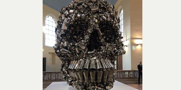 L'œuvre Very Hungry God, sculpture monumentale de l'artiste indien Subodh Gupta, appartenant aujourd'hui à la collection Pinault, a été assemblée et installée dans chaque lieu d'exposition par c.H-D.