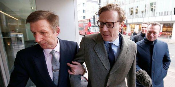 Alexander Nix (à droite), directeur général de Cambridge Analytica au moment du scandale, a été démis de ses fonctions fin mars.