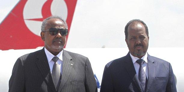 Le président somalien recevant son homologue djiboutien, le 21 février 2015 à l'aéroport de Mogadiscio.