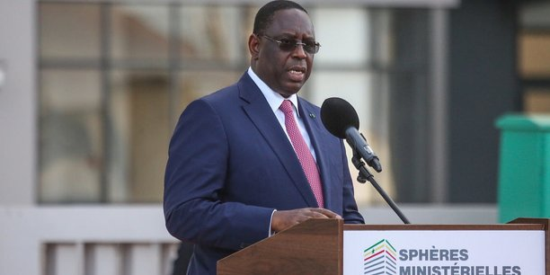 Dans la nouvelle constitution révisée et adoptée en mai 2019, l'article 25 stipule que les ressources naturelles appartiennent au peuple sénégalais.