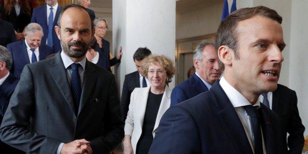 Le gouvernement d'Édouard Philippe (à gauche) a fait passer plusieurs mesures très débattues à la fois pour les ménages et pour les entreprises.