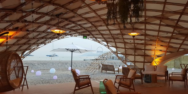 Sur la plage cannoise, la structure Ekilaya abrite un restaurant éphémère.