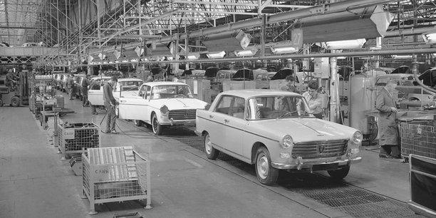 Usine de montage de la Peugeot 404 en bout de ligne à Sochaux, en 1961.