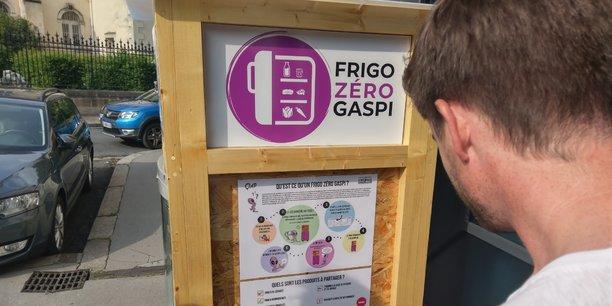 Le Frigo zéro gaspi est installé devant le 2 rue Tauzia, à Bordeaux.