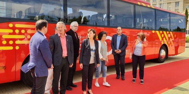 Carole Dela, entourée des élus du Conseil régional, dévoile le logo et le code couleur de liO
