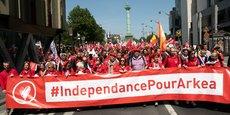 Le 17 mai, entre 4.000 et 6.000 salariés du groupe bancaire régional sont venus défiler à Paris pour montrer leur soutien au vote des administrateurs des caisses locales en faveur d'un projet de sortie de l'ensemble Crédit Mutuel, passant par l'abandon de la marque.