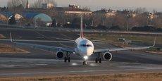 Un Airbus A320 de Turkish Airlines en train de rouler avec ses deux moteurs en fonctionnement sur la piste de l'aéroport international Ataturk d'Istanboul, en janvier 2018.