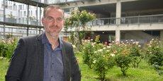 Daniel Seignat dans la cour du pôle universitaire Sciences de gestion, à quelques mètres de l'IUT Bordeaux Montesquieu.