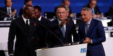 L'ancien international sénégalais Khalilou Fadiga, ambassadeur de la candidature du Maroc ; Fouzi Lekjaa, président de la fédération royale marocaine de football ; et Moulay Hafid Elalamy, président du comité de candidature Maroc-2026, lors du 68e congrès de la FIFA, le 13 juin 2018 à Moscou.
