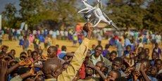 Une communauté dans le district de Kasungu au Malawi est initiée à la technologie des drones qui est testée pour le transport, la connectivité et l'imagerie.