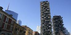 Le phénomène d'urbanisation, expression agrégative des hommes, marqueur de son existence, vient cadencer l'ensemble de ses activités : le bâti se verticalise (ici, le « Bosco Verticale », à Milan), l'économie devient tertiaire, le centre-ville se gentrifie, des infrastructures relient ce qui était autrefois des villes séparées, une nouvelle redistribution se produit dans ces espaces urbains consolidés.