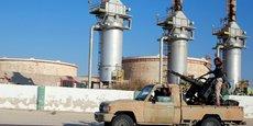 Des troupes fidèles à Khalifa Haftar prenant la pause devant le terminal pétrolier de Zoueitina.