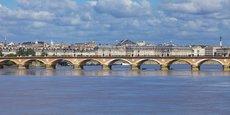 Le pont de pierre est définitivement réservé aux transports en commun, vélos et piétons.