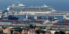 Le Independance of the Seas, en rade à Marseille, le 5 juillet 2018. Ce géant des mers est équipe de 6 moteurs diesel principaux qui consomment des milliers de litres de fioul lourd à l'heure, et qui restent en fonctionnement lorsque le navire est amarré pour produire de l'énergie électrique. Mais le port de Marseille, qui a été le premier en France à installer un système de branchement électrique pour les ferries, envisage d'étendre la solution aux paquebots.