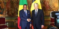 Poignée de main entre le vice-premier ministre belge, Didier Reynders et Jean-Claude Gakosso ministre congolais des affaires étrangères, de la coopération et des Congolais de l'étranger. Bruxelles.