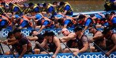 Différentes équipes internationales s'affrontent dans la fameuse course de bateaux-dragons organisée pour célébrer le festival Dragon Boat à Nantong, dans la province du Jiangsu (Chine), le 30 mai 2017.