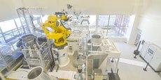 Un ilot de travail homme-machine dans l'usine B-Line d'ArianeGroup avec au centre en jaune un robot Fanuc.