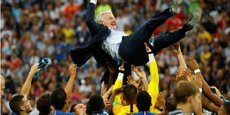 Le sélectionneur Didier Deschamps porté par l'équipe de France après le coup de sifflet final.