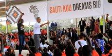 L'ancien Président américain, Barack Obama, s'adressant aux jeunes venus en masse pour assister à l'inauguration du centre de sport et de formation professionnelle Sauti Kuu, à Kogelo.