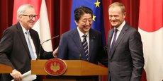 Le président de la Commission européenne Jean-Claude Juncker (de g. à d.), le Premier ministre japonais Shinzo Abe, et le président du Conseil européen Donald Tusk lors de la conférence de presse qui a suivi la signature de l'accord.