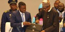 Le président nigérian Muhammadu Buhari (à droite) vient de prendre le relais du président togolais Faure Essozimna Gnassingbé, à la tête de la CEDEAO.