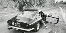 Steve McQueen devant sa Ferrari 250 GT Berlinetta Lusso.