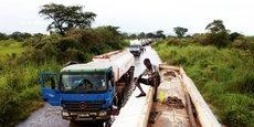 Le Soudan du Sud, pays enclavé, dépend de ses exportations de pétrole vers le nord pour soutenir son économie. Ici, des camions-citernes sur une section inondée d'une route à Nimule, près de la frontière ougandaise, le 27 août 2013.