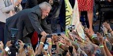 Bien qu'en prison pour corruption depuis avril dernier (il a été condamné à 12 ans de prison), l'ex-président Lula garde un très important soutien populaire. (Photo : Lula accueilli par ses supporters lors d'une tournée à Belo Horizonte, le 21 février 2018)